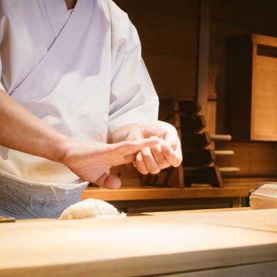 寿司を握る職人の写真