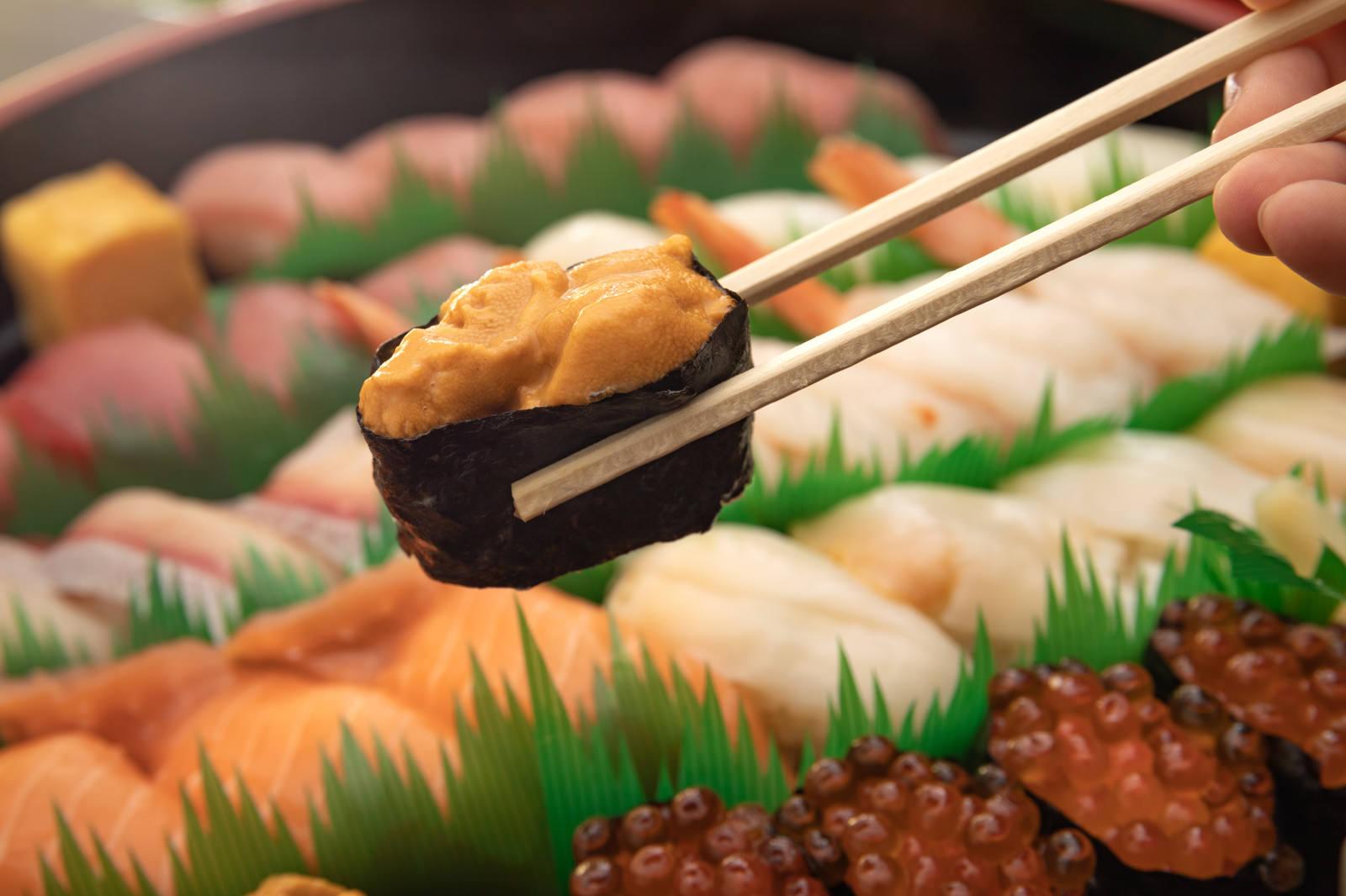 「人気のウニ軍艦巻きを食べるよ」の写真