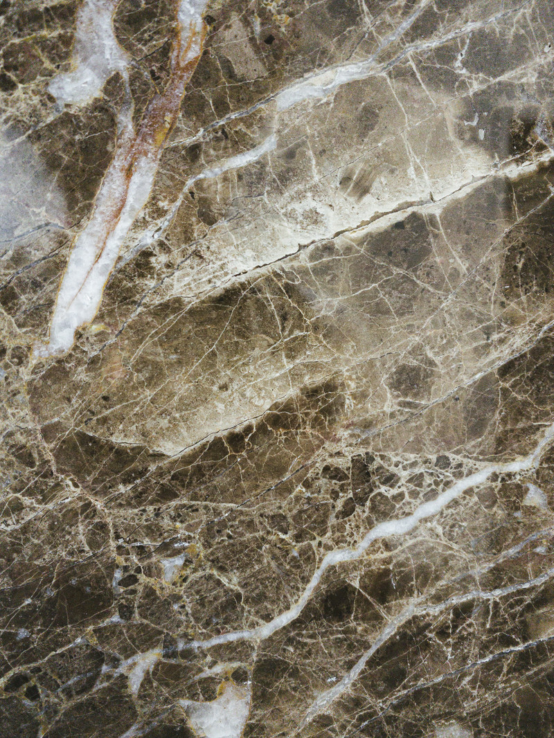 「斜に傷が入った大理石のタイル(テクスチャ)」の写真