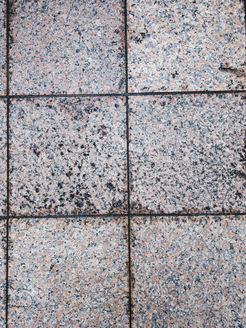 「溝が乾ききっていないタイル(テクスチャ)」の写真