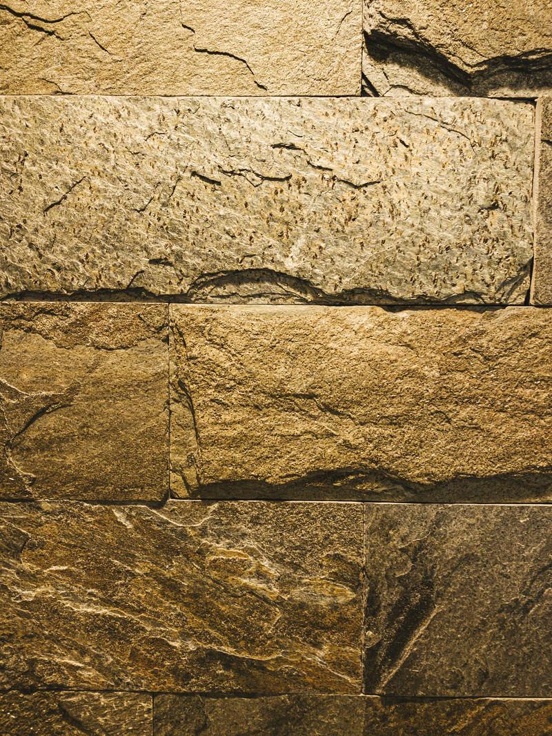 「切り出した石を重ねた壁(テクスチャ)」の写真