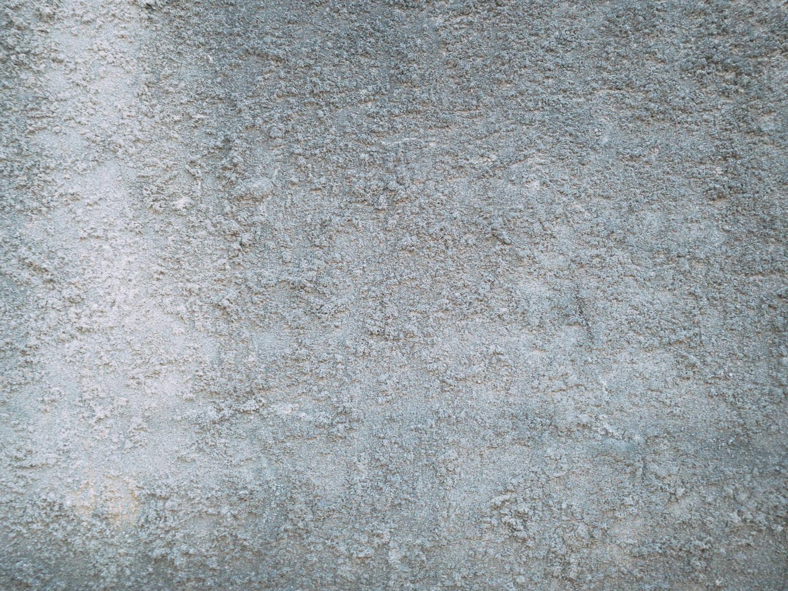 「エフロ発生のモルタル壁」の写真