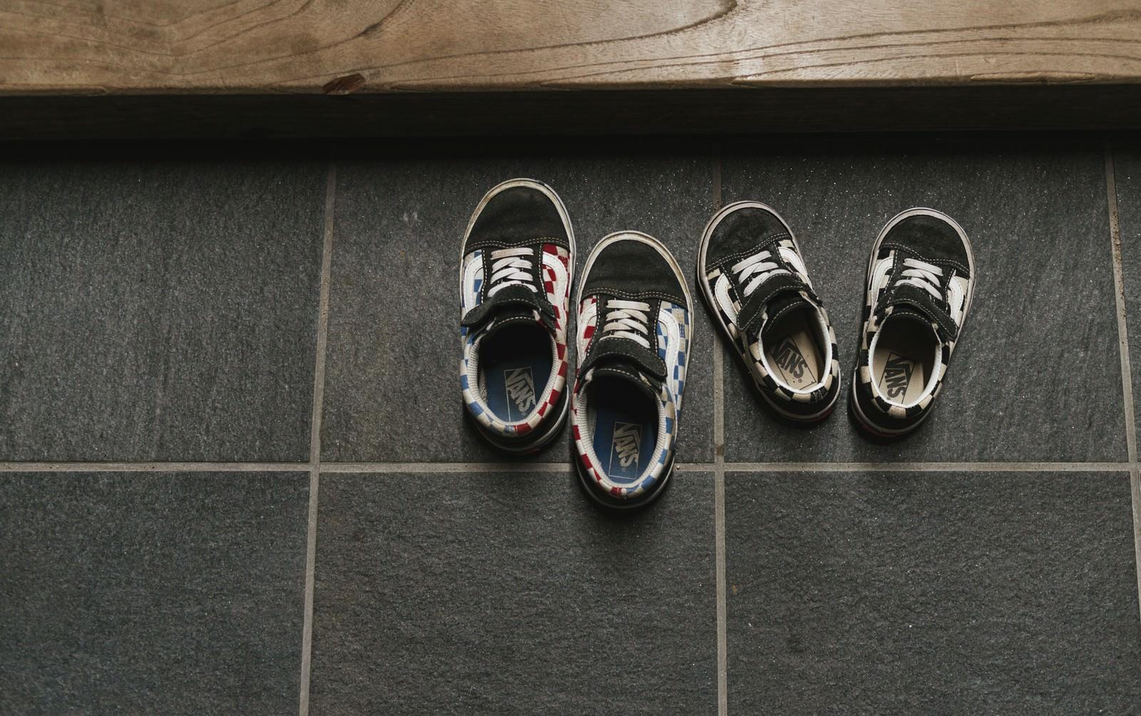 「玄関に脱ぎっぱなしの子供の靴」の写真