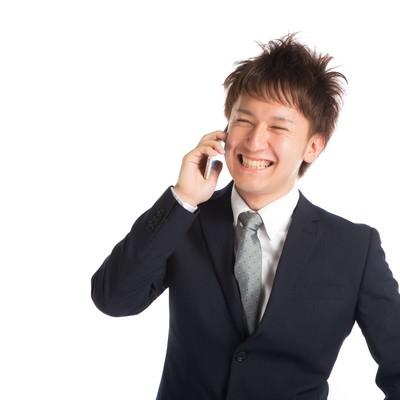 「商談が決まり上司に喜びを伝える若手商社マン」の写真素材
