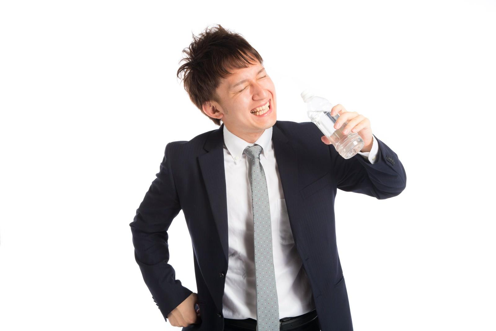 「「プハー!」暑さの中、水分補給をする会社員「プハー!」暑さの中、水分補給をする会社員」のフリー写真素材を拡大