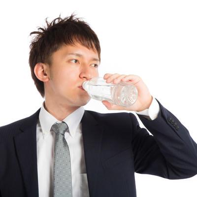 「喉を潤すビジネスマン」の写真素材