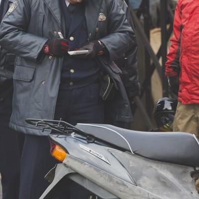 「警察から不審車両(バイク)で質問を受ける」の写真素材