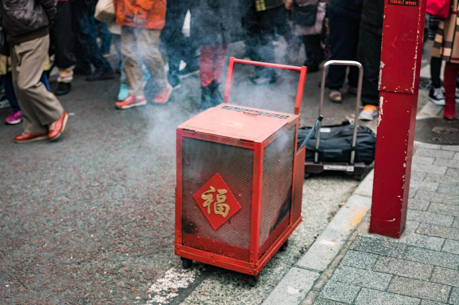 「春節のイベントで爆竹が入れられた箱」の写真