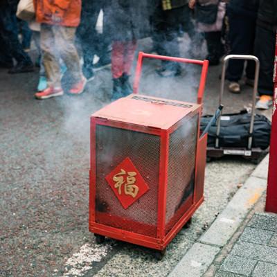 春節のイベントで爆竹が入れられた箱の写真