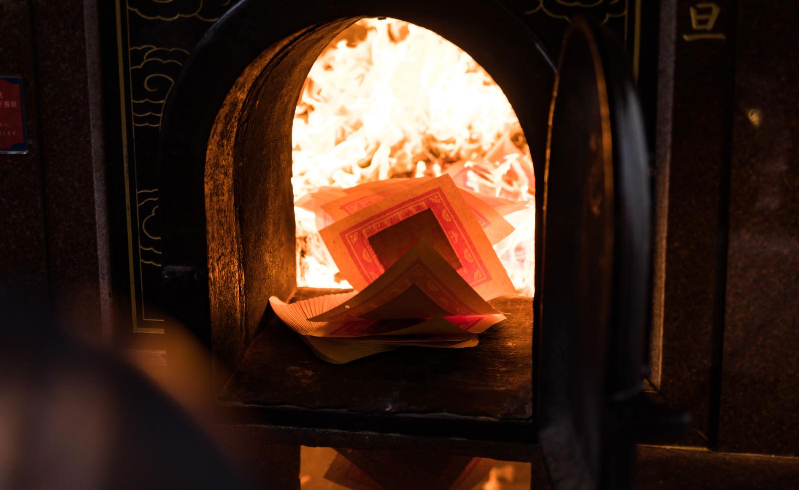 「金紙を焚き上げ」の写真