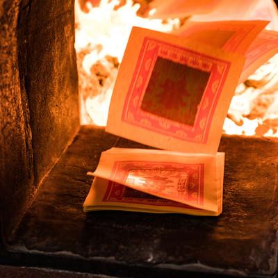焚き上げられる金紙の写真