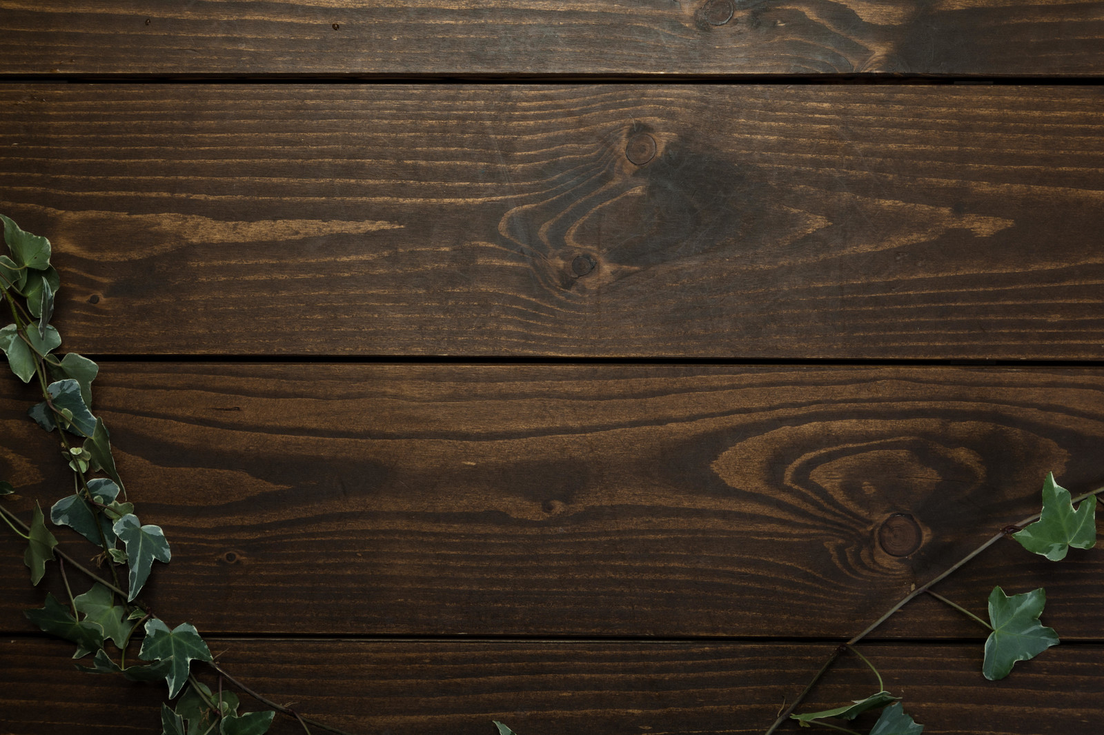 「テロップを入れやすい木目テーブル」の写真
