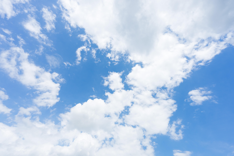 青い空と曇