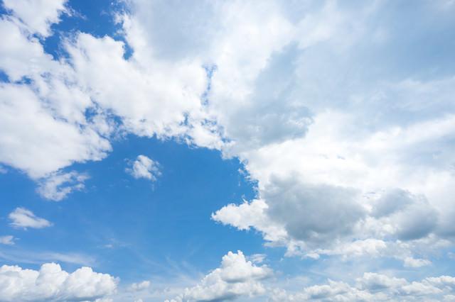 晴れ日の青空と雲の写真