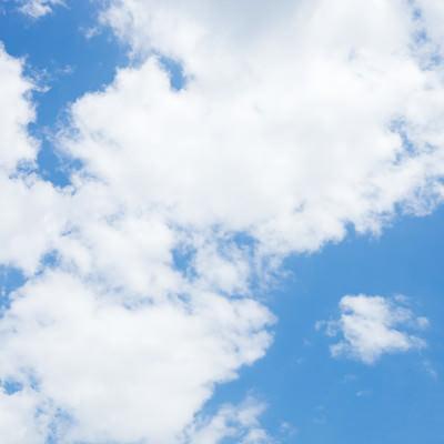 「晴れ少しだけ曇り」の写真素材