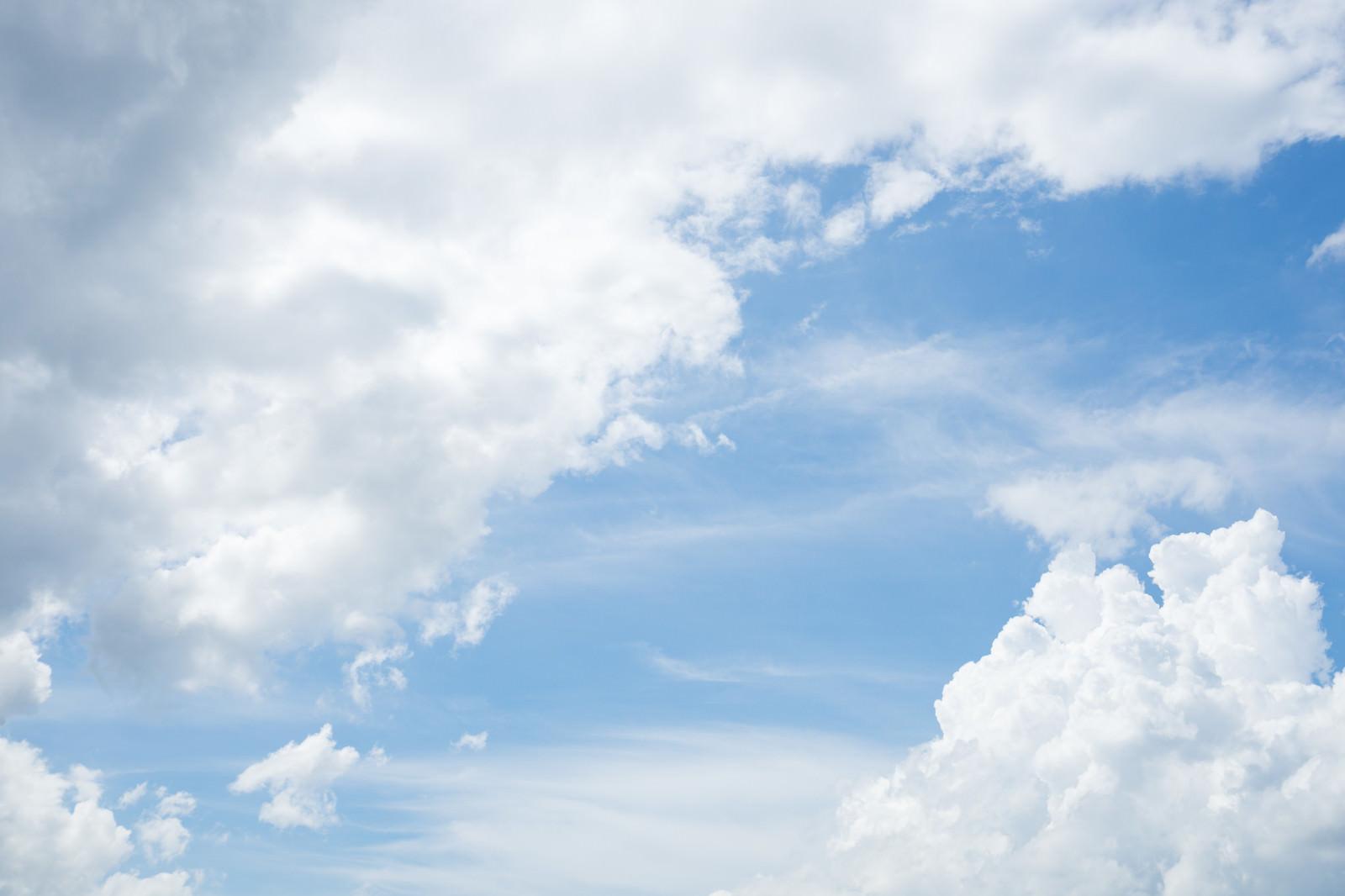 「晴れた空と雲の空」の写真