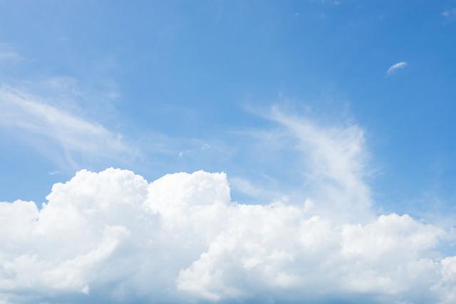暑い夏にまとまった白い雲の写真