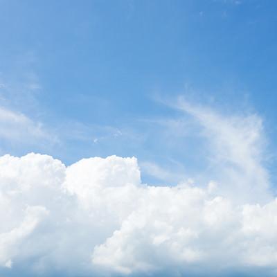 「暑い夏にまとまった白い雲」の写真素材