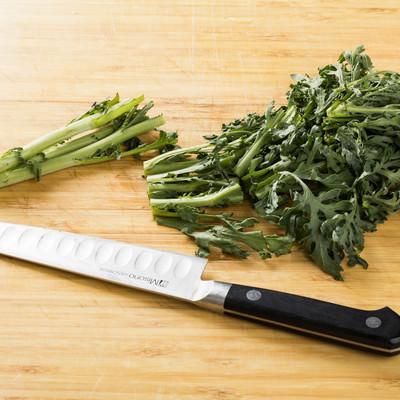 「庖丁で春菊を4cm 幅で切る」の写真素材