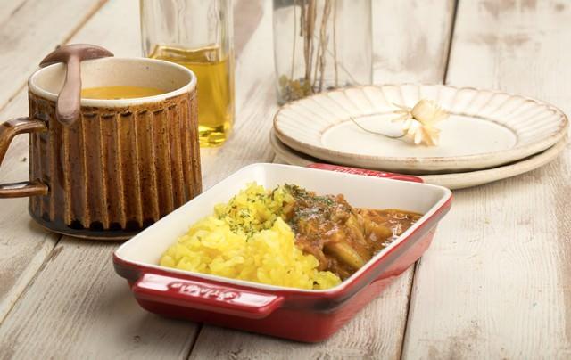 カレーとポタージュの夕食の写真