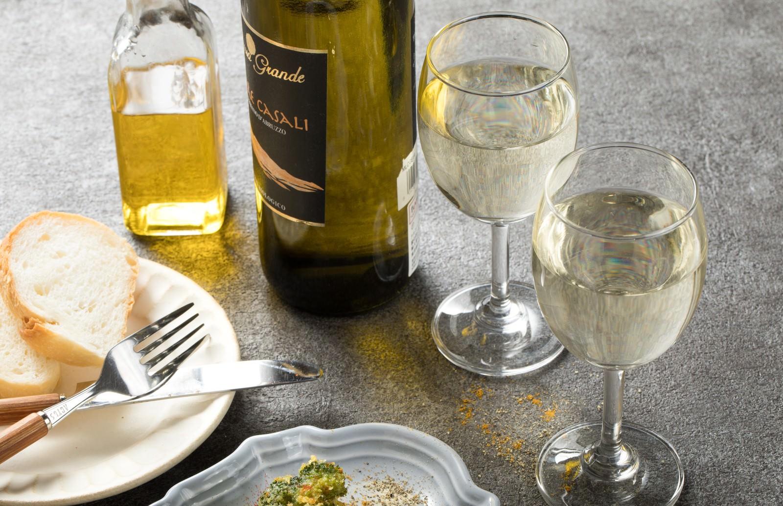 「食卓に並ぶワイン」の写真