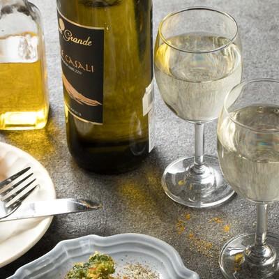 食卓に並ぶワインの写真