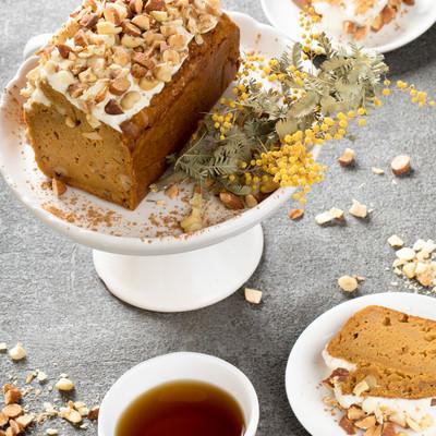 「紅茶とにんじんケーキ」の写真素材