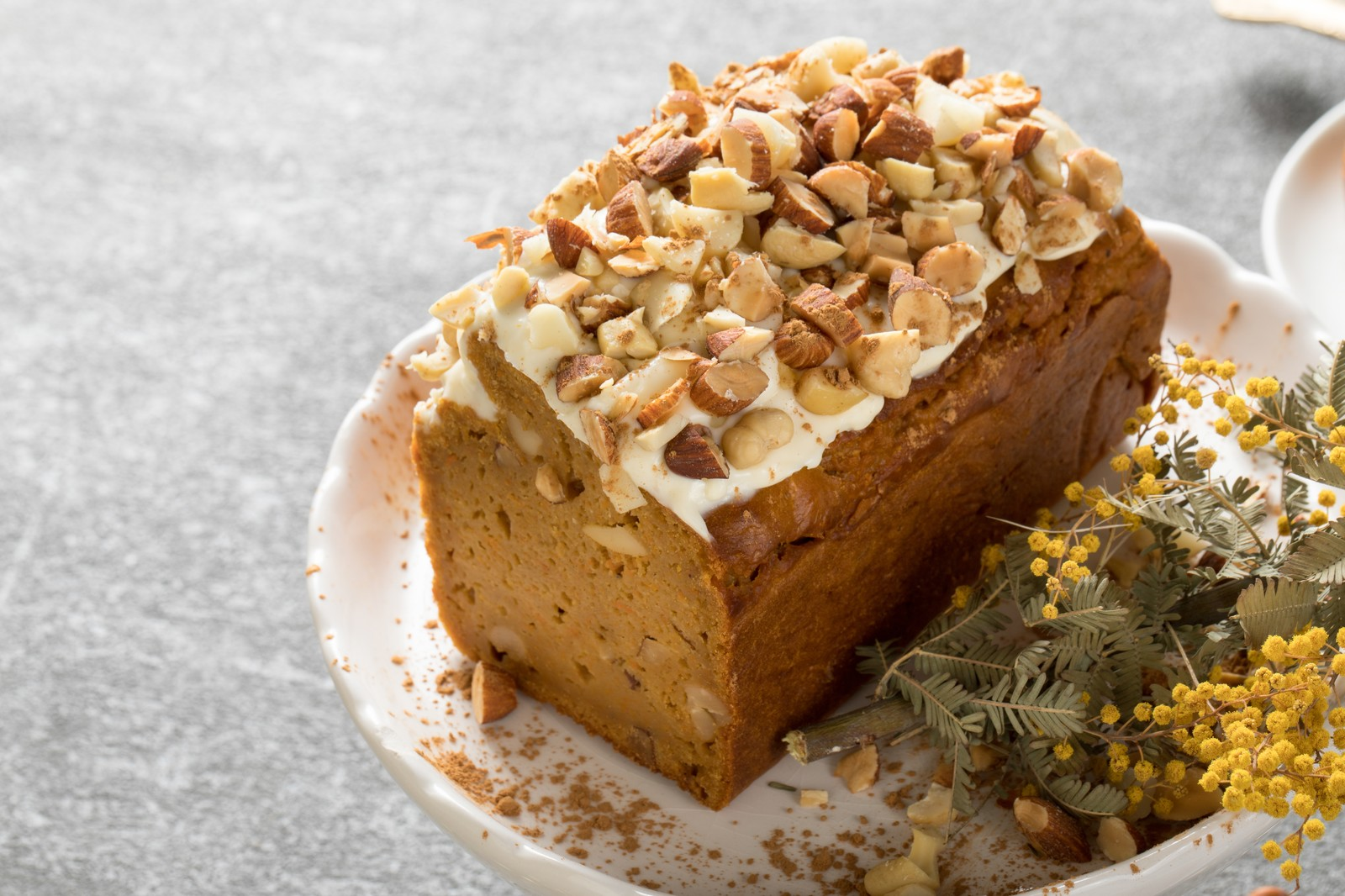 「ナッツいっぱいのにんじんケーキナッツいっぱいのにんじんケーキ」のフリー写真素材を拡大