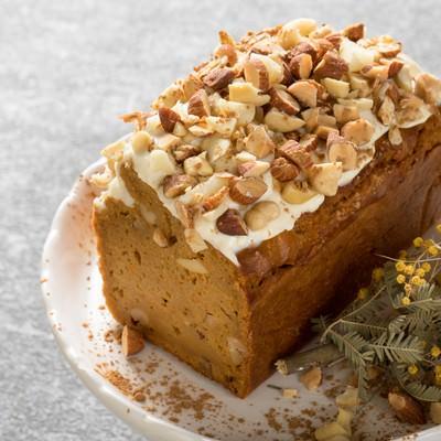 「ナッツいっぱいのにんじんケーキ」の写真素材