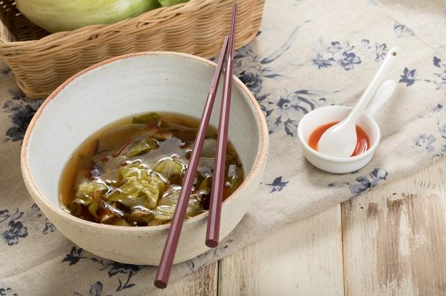 レタスのスープとラー油の写真
