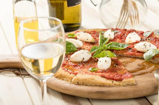 白ワインとピザの写真