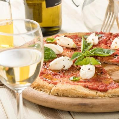 「白ワインとピザ」の写真素材
