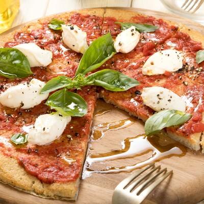 生地にカリフラワーが使われているグルテンフリーピザの写真