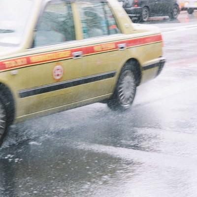 「大雨で大忙しのタクシー」の写真素材