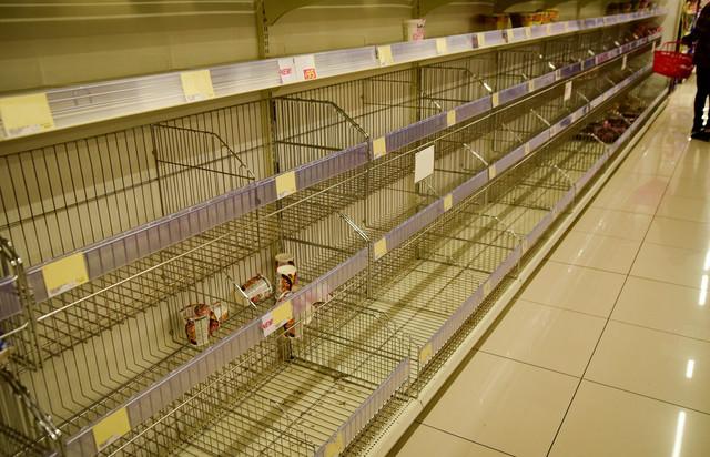 スーパーの棚が品切れ状態の写真