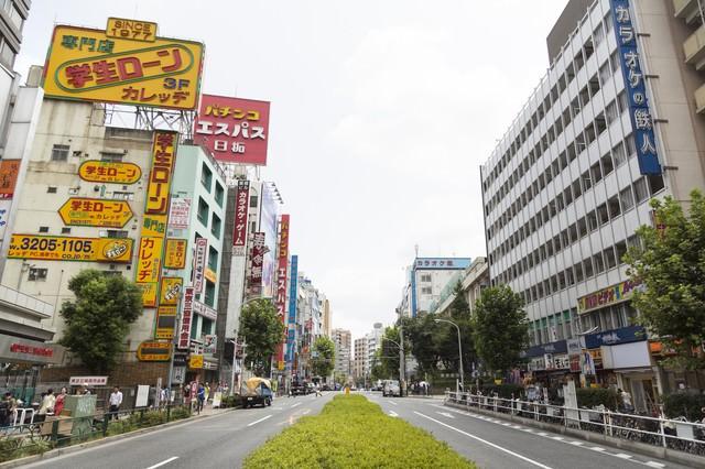 高田馬場駅前の大通りの写真