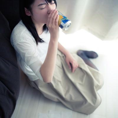 「お酒の力を借りる女性」の写真素材