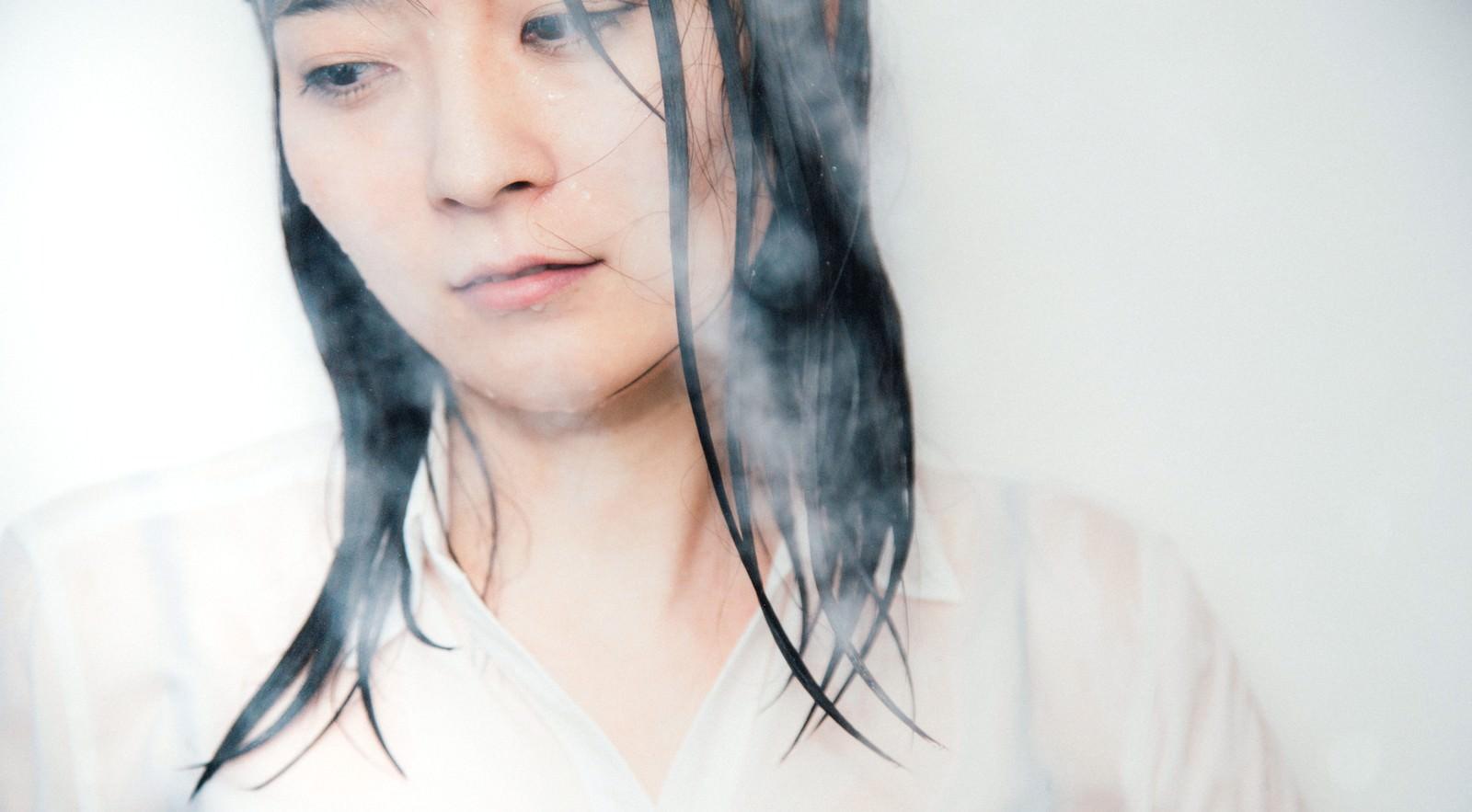 服のままシャワーを浴びる失恋女子
