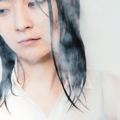 服のままシャワーを浴びる失恋女子の写真