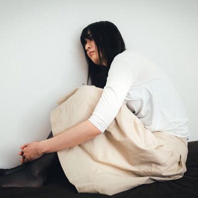 「買ったばかりのベッドが小さくて憂鬱な高身長ガール」の写真素材
