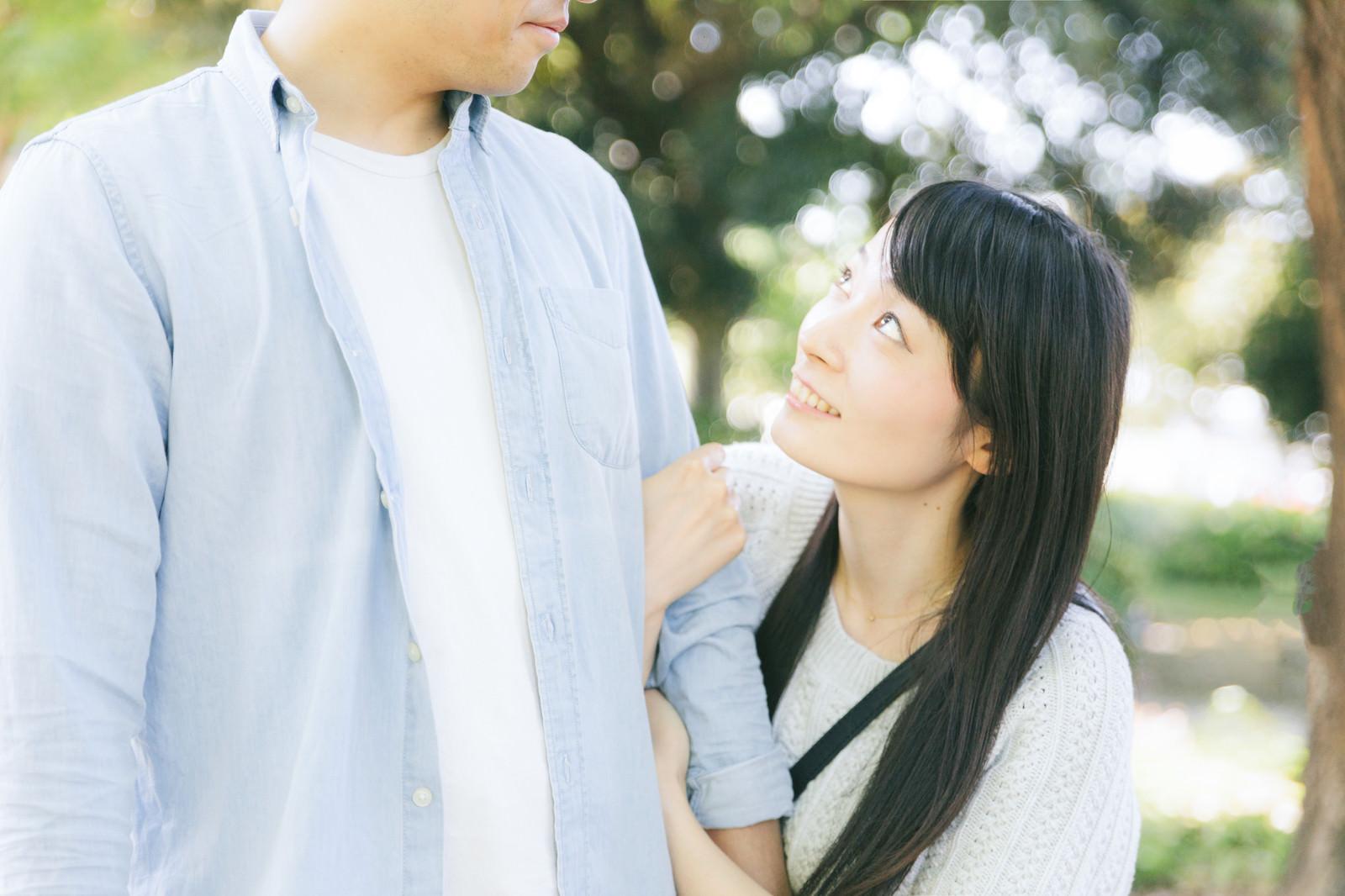 「大好きな彼の腕を掴むも顔色をうかがっちゃう彼女大好きな彼の腕を掴むも顔色をうかがっちゃう彼女」のフリー写真素材を拡大
