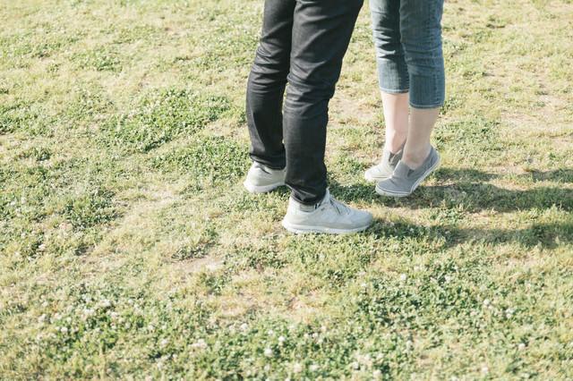 背伸びする彼女の足元の写真