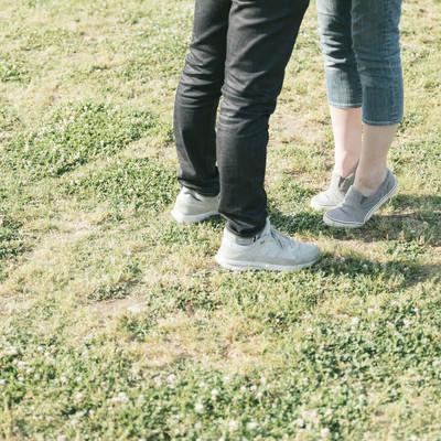 「背伸びする彼女の足元」の写真素材