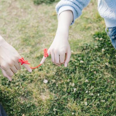「私たち赤い糸でつながりました」の写真素材
