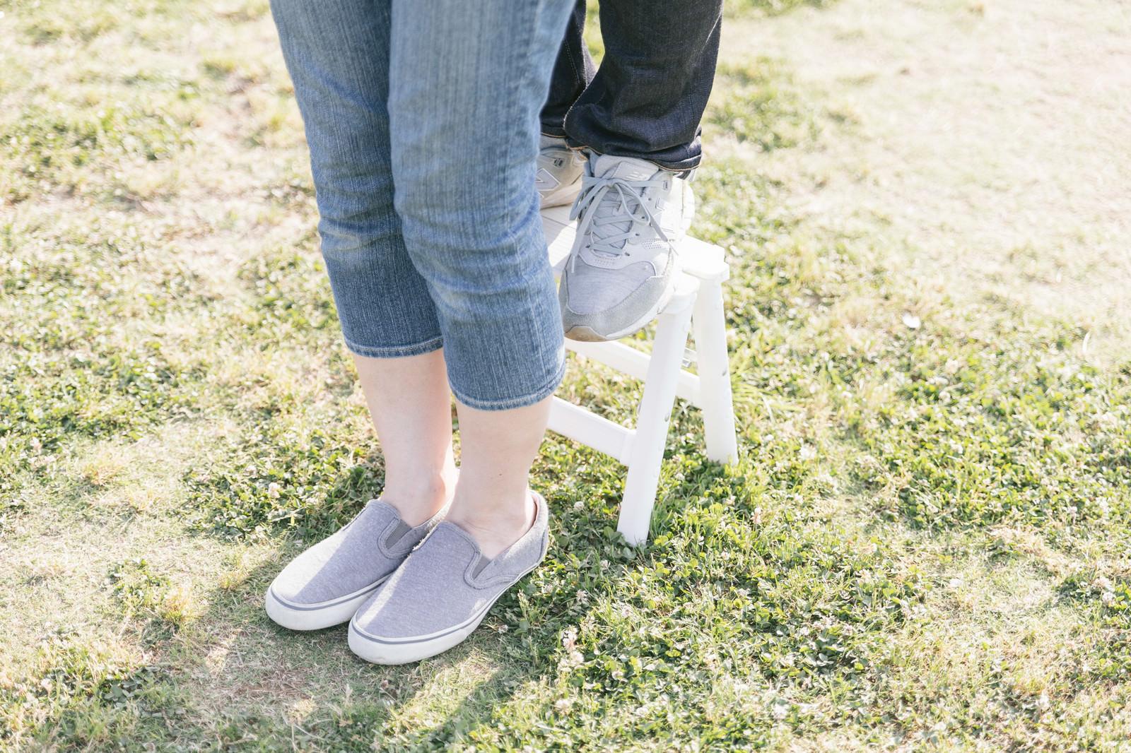 「ミニ脚立を使って「後ろからギュッ」にチャレンジする身長差カップルの足元」の写真