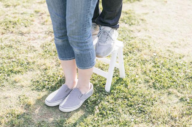 ミニ脚立を使って「後ろからギュッ」にチャレンジする身長差カップルの足元の写真