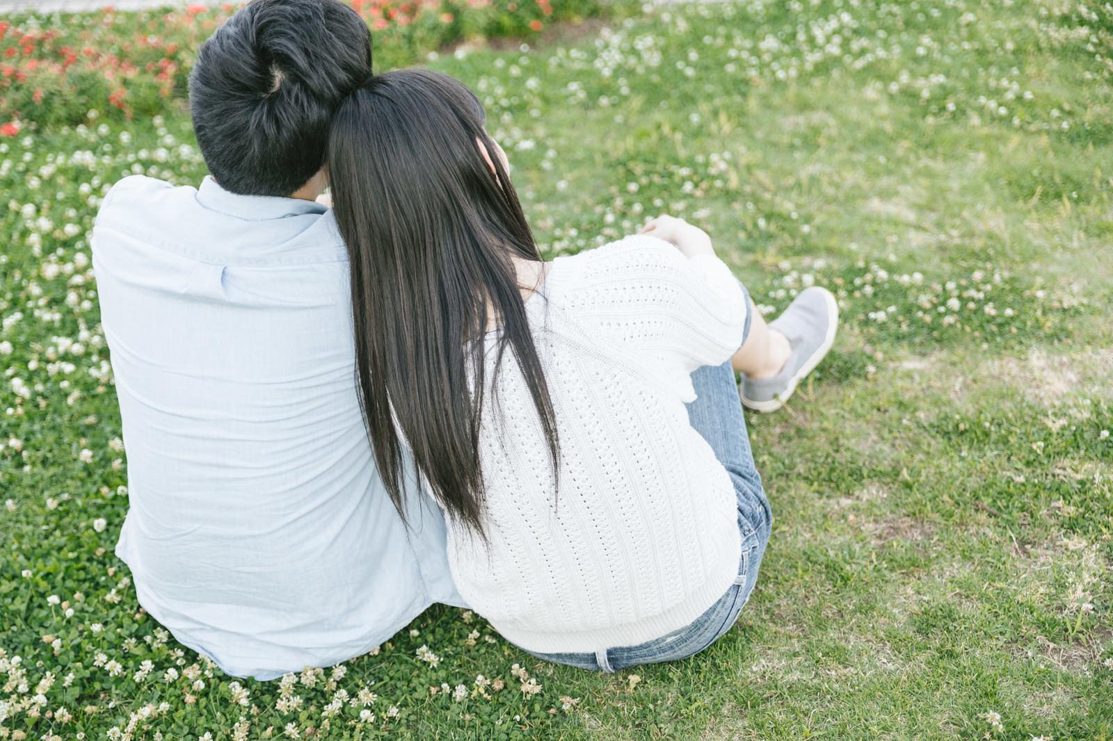 「彼氏の肩にもたれる(恋人)彼氏の肩にもたれる(恋人)」[モデル:たけべともこ]のフリー写真素材を拡大
