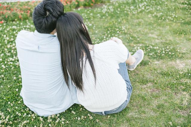 彼氏の肩にもたれる(恋人)の写真