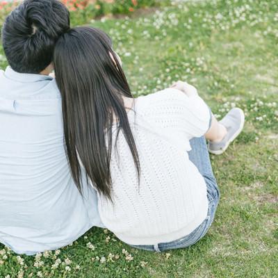 「彼氏の肩にもたれる(恋人)」の写真素材