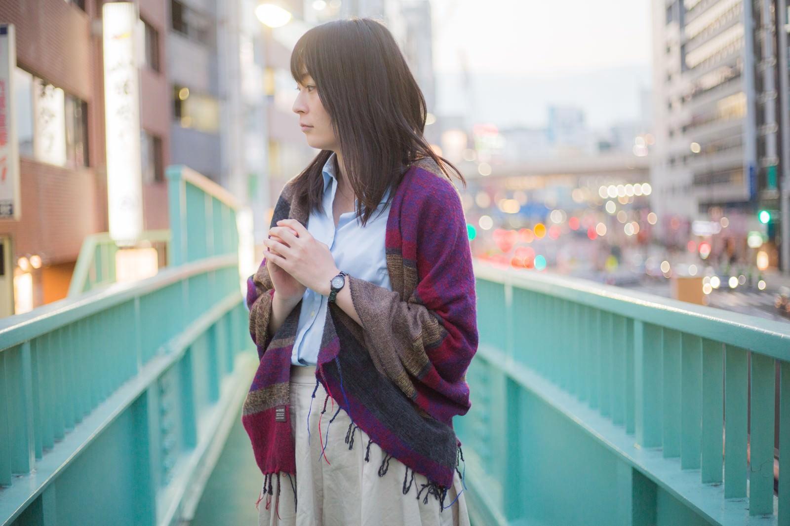「歩道橋の上で立ち止まる女性 | 写真の無料素材・フリー素材 - ぱくたそ」の写真[モデル:たけべともこ]